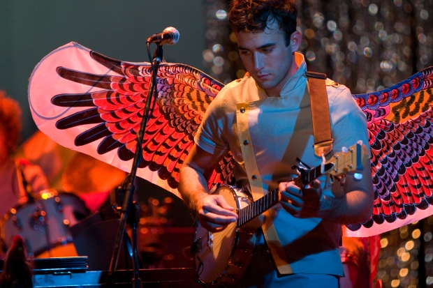 https://upload.wikimedia.org/wikipedia/commons/d/d2/Sufjan_Stevens_playing_banjo.jpg
